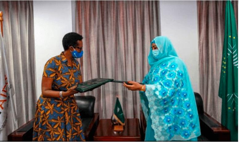 Winnie Byanyima, Directrice exécutive de l'ONUSIDA, et Amira Elfadil Mohammed Elfadil, Commissaire de l'Union africaine à la santé, aux affaires humanitaires et au développem