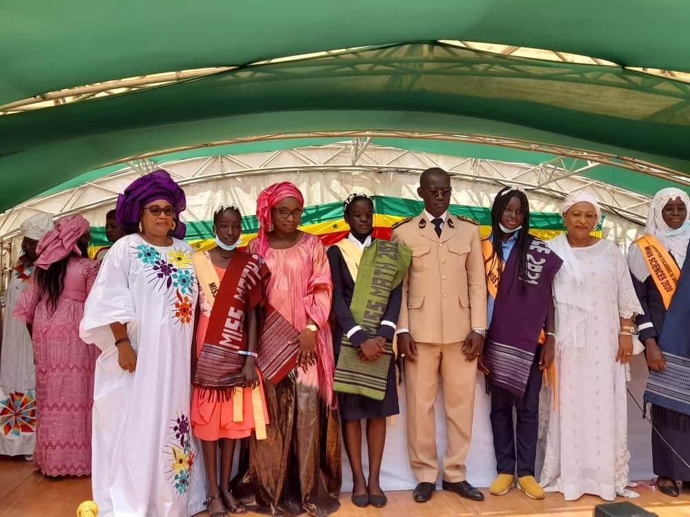La secrétaire exécutive du cnls,Mme le maire de d*ar,Mme l'inspectrice d'académie de Dakar , et le gouverneur de Dakar entourant les lauréates