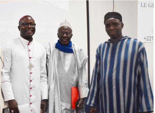 imam Ousmane Guéye au centre en compagnie de responsables de l'ANREMS